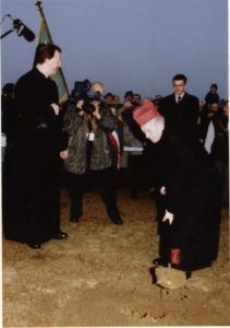 Kardynał Józef Glemp wbija pierwszą łopatę pod budowę Świątyni Opatrzności Bożej