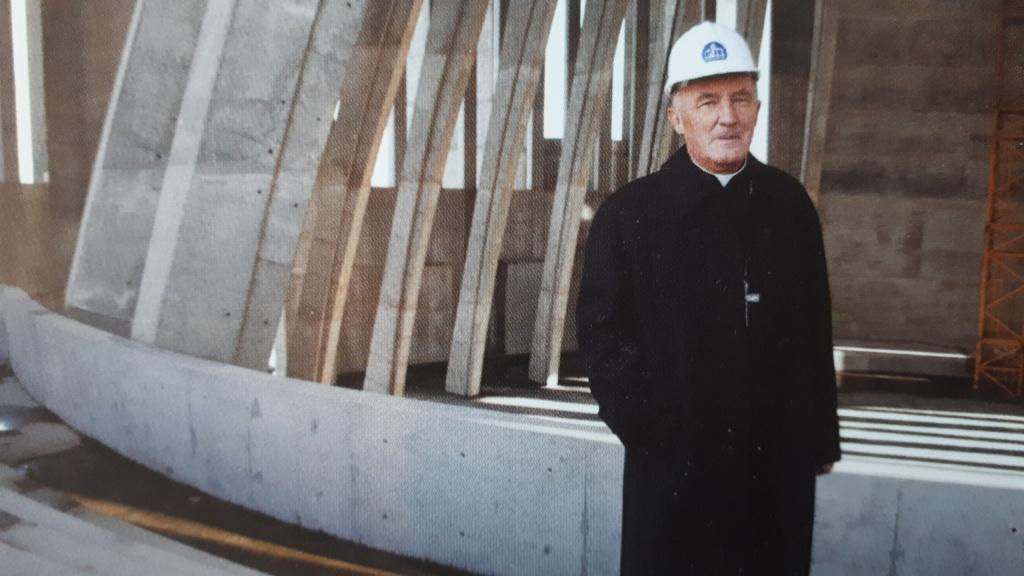 Kardynał Kazimierz Nycz na budowie Świątyni Opatrzności Bożej